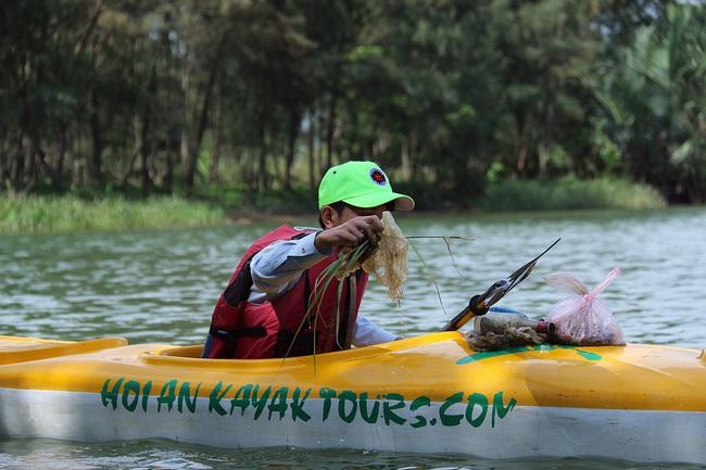Khách Tây mua tour 10 USD để được chèo thuyền... vớt rác trên sông Hoài, Hội An - ảnh 10