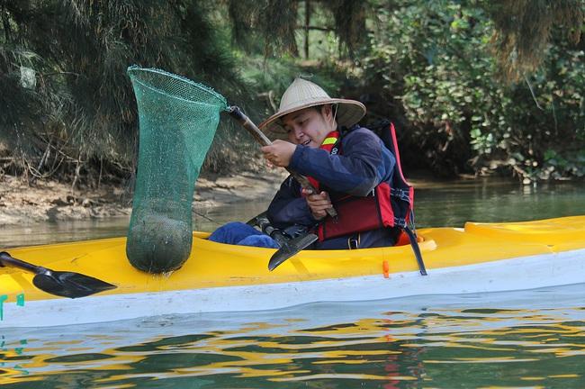 Khách Tây mua tour 10 USD để được chèo thuyền... vớt rác trên sông Hoài, Hội An - ảnh 8