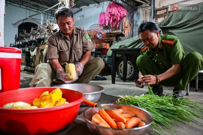 Hình ảnh ấm áp: Công an thức khuya dậy sớm nấu cháo phát miễn phí cho bệnh nhân nghèo ở Sài Gòn - Ảnh 4.