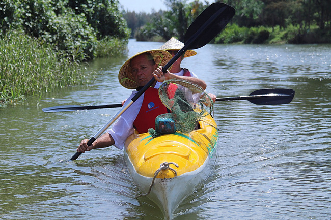 Khách Tây mua tour 10 USD để được chèo thuyền... vớt rác trên sông Hoài, Hội An - ảnh 20