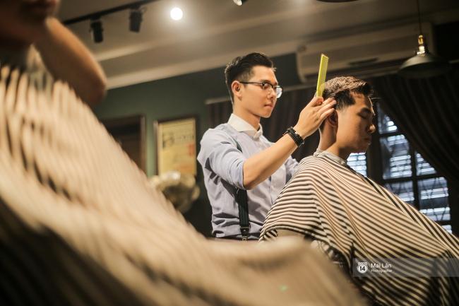 Có gì trong tiệm cắt tóc toàn quý ông lịch lãm ở Hà Nội, nơi con gái không được đặt chân vào? - Ảnh 8.