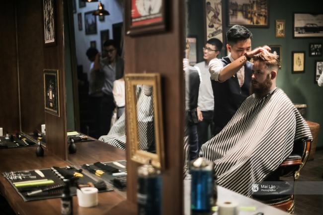 Có gì trong tiệm cắt tóc toàn quý ông lịch lãm ở Hà Nội, nơi con gái không được đặt chân vào? - Ảnh 6.