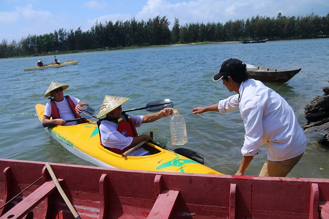 Khách Tây mua tour 10 USD để được chèo thuyền... vớt rác trên sông Hoài, Hội An - ảnh 19