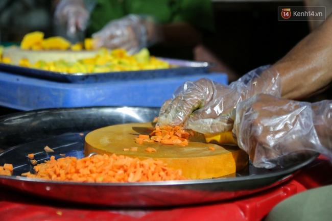 Hình ảnh ấm áp: Công an thức khuya dậy sớm nấu cháo phát miễn phí cho bệnh nhân nghèo ở Sài Gòn - Ảnh 7.