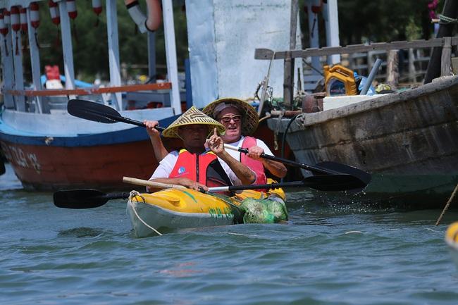Khách Tây mua tour 10 USD để được chèo thuyền... vớt rác trên sông Hoài, Hội An - ảnh 3