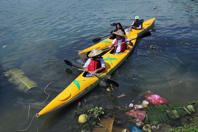 Khách Tây mua tour 10 USD để được chèo thuyền... vớt rác trên sông Hoài, Hội An - ảnh 1