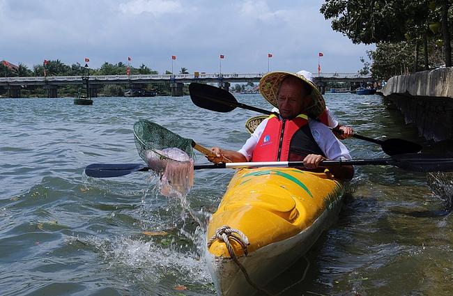 Khách Tây mua tour 10 USD để được chèo thuyền... vớt rác trên sông Hoài, Hội An - ảnh 17