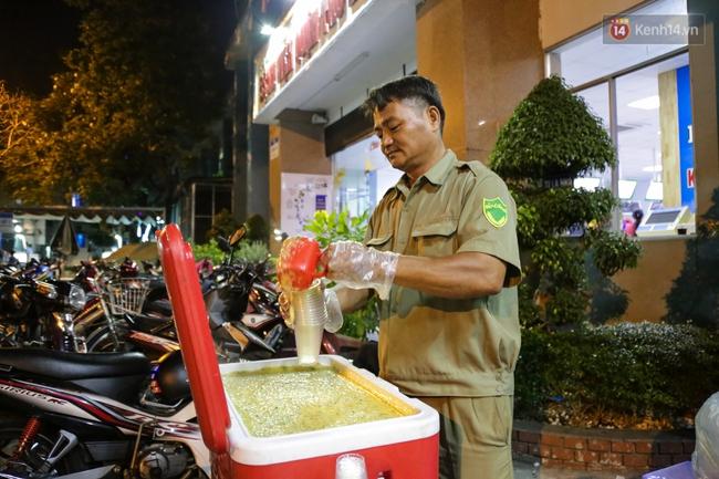 Hình ảnh ấm áp: Công an thức khuya dậy sớm nấu cháo phát miễn phí cho bệnh nhân nghèo ở Sài Gòn - Ảnh 11.