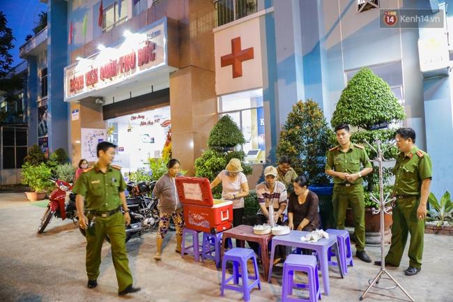 Hình ảnh ấm áp: Công an thức khuya dậy sớm nấu cháo phát miễn phí cho bệnh nhân nghèo ở Sài Gòn - Ảnh 10.