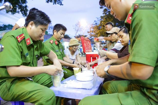 Hình ảnh ấm áp: Công an thức khuya dậy sớm nấu cháo phát miễn phí cho bệnh nhân nghèo ở Sài Gòn - Ảnh 12.