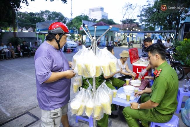 Hình ảnh ấm áp: Công an thức khuya dậy sớm nấu cháo phát miễn phí cho bệnh nhân nghèo ở Sài Gòn - Ảnh 14.