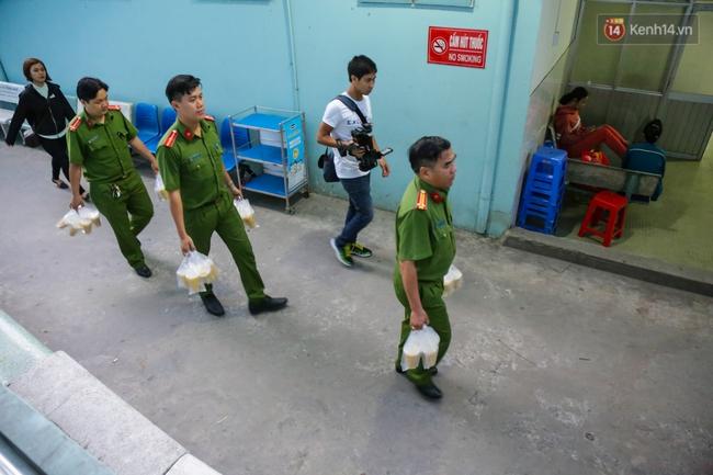 Hình ảnh ấm áp: Công an thức khuya dậy sớm nấu cháo phát miễn phí cho bệnh nhân nghèo ở Sài Gòn - Ảnh 16.
