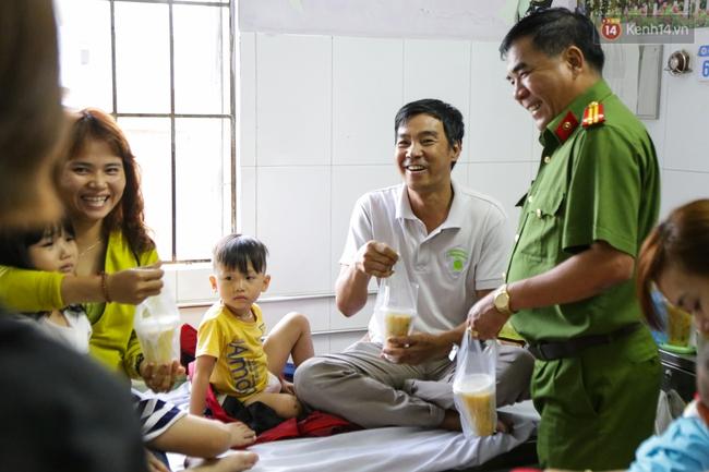 Hình ảnh ấm áp: Công an thức khuya dậy sớm nấu cháo phát miễn phí cho bệnh nhân nghèo ở Sài Gòn - Ảnh 19.