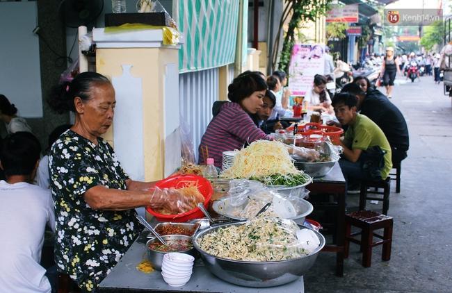 """Quán mít trộn """"Bà Già"""" nổi tiếng Đà Nẵng hơn 30 năm qua, khách phải chen chân mới có chỗ ngồi - Ảnh 11."""