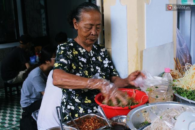 """Quán mít trộn """"Bà Già"""" nổi tiếng Đà Nẵng hơn 30 năm qua, khách phải chen chân mới có chỗ ngồi - Ảnh 1."""