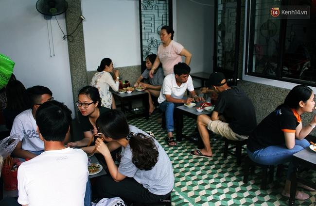 """Quán mít trộn """"Bà Già"""" nổi tiếng Đà Nẵng hơn 30 năm qua, khách phải chen chân mới có chỗ ngồi - Ảnh 5."""