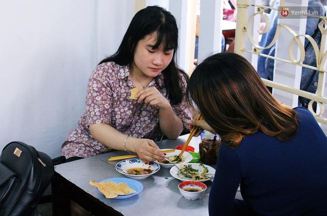 """Quán mít trộn """"Bà Già"""" nổi tiếng Đà Nẵng hơn 30 năm qua, khách phải chen chân mới có chỗ ngồi - Ảnh 18."""