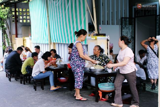 """Quán mít trộn """"Bà Già"""" nổi tiếng Đà Nẵng hơn 30 năm qua, khách phải chen chân mới có chỗ ngồi - Ảnh 4."""
