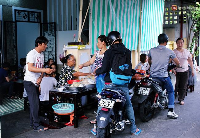 """Quán mít trộn """"Bà Già"""" nổi tiếng Đà Nẵng hơn 30 năm qua, khách phải chen chân mới có chỗ ngồi - Ảnh 9."""