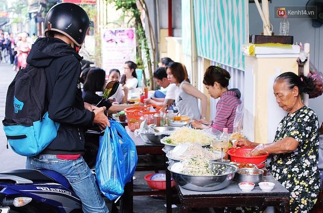 """Quán mít trộn """"Bà Già"""" nổi tiếng Đà Nẵng hơn 30 năm qua, khách phải chen chân mới có chỗ ngồi - Ảnh 3."""