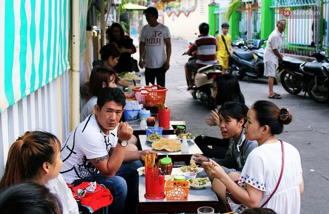 """Quán mít trộn """"Bà Già"""" nổi tiếng Đà Nẵng hơn 30 năm qua, khách phải chen chân mới có chỗ ngồi - Ảnh 19."""