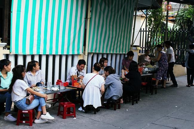 """Quán mít trộn """"Bà Già"""" nổi tiếng Đà Nẵng hơn 30 năm qua, khách phải chen chân mới có chỗ ngồi - Ảnh 15."""