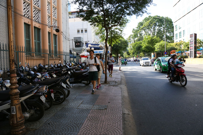 Vỉa hè Sài Gòn sau khi được phân chia bằng vạch kẻ: Người đi bộ thoải mái, dân buôn bán hài lòng - Ảnh 8.