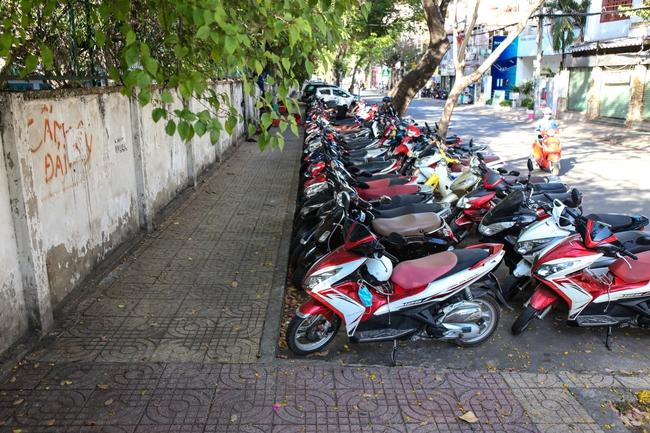Vỉa hè Sài Gòn sau khi được phân chia bằng vạch kẻ: Người đi bộ thoải mái, dân buôn bán hài lòng - Ảnh 9.
