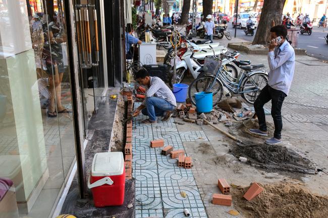 Vỉa hè Sài Gòn sau khi được phân chia bằng vạch kẻ: Người đi bộ thoải mái, dân buôn bán hài lòng - Ảnh 11.