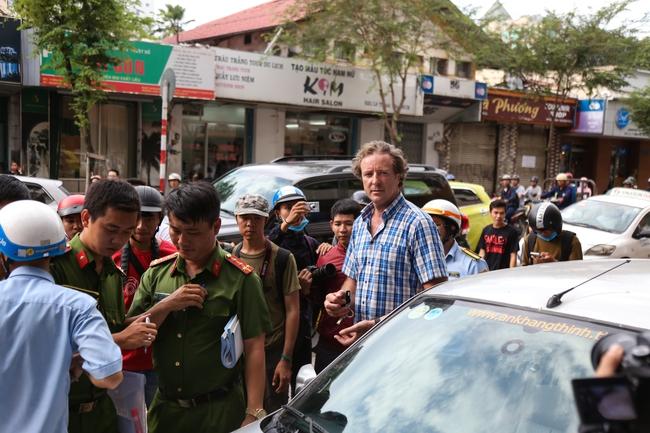 Clip: Ông Tây ở Sài Gòn ngơ ngác khi xe ô tô của mình bị cẩu đi vì lấn chiếm vỉa hè - Ảnh 3.