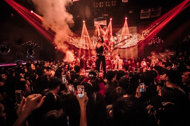 Tóc Tiên, Soobin Hoàng Sơn quẩy tung nightclub Hà Nội đêm cuối tuần - Ảnh 8.