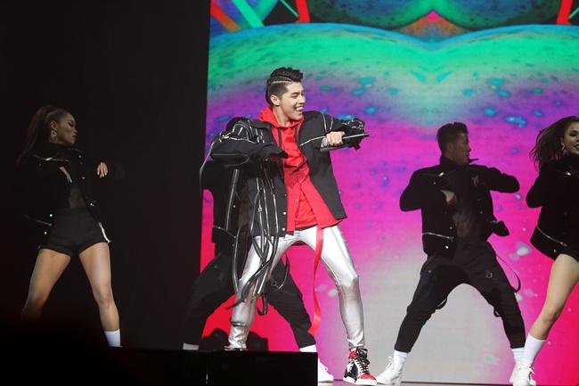 Noo Phước Thịnh khiến khán giả Việt nở mày nở mặt với phần biểu diễn tại Influence Asia 2017 - Ảnh 5.