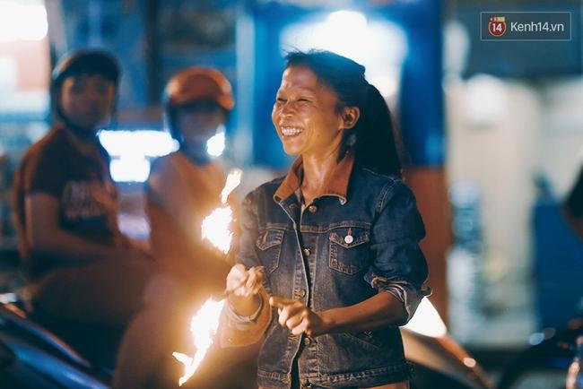 Người mẹ ngậm dầu phun lửa mỗi đêm ở phố Tây Bùi Viện để kiếm tiền nuôi 2 con ăn học - Ảnh 3.