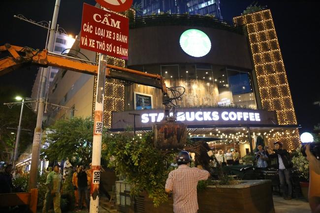 Quán café Starbucks ở ngã 6 Phù Đổng, Sài Gòn bị phá bỏ khu bồn hoa, bậc thềm vì lấn chiếm vỉa hè - Ảnh 3.