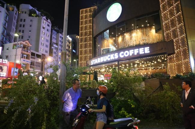 Quán café Starbucks ở ngã 6 Phù Đổng, Sài Gòn bị phá bỏ khu bồn hoa, bậc thềm vì lấn chiếm vỉa hè - Ảnh 4.