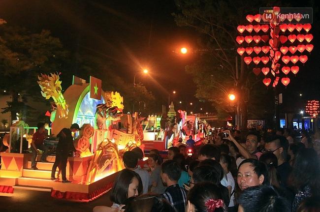 Hàng vạn người đổ ra đường hòa mình cùng lễ hội đường phố cực sôi động ở Đà Nẵng - Ảnh 5.