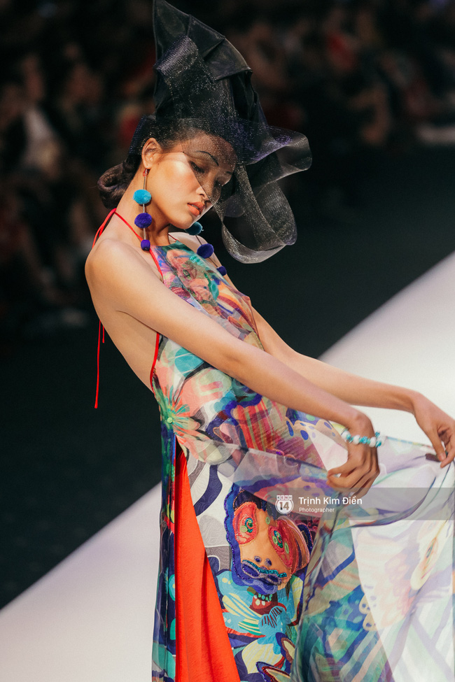 VIFW ngày 2: Hoa hậu Kỳ Duyên diễn xuất thần, mặt lạnh như băng trong show diễn NTK Thủy Nguyễn - Ảnh 7.