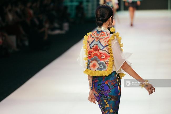 VIFW ngày 2: Hoa hậu Kỳ Duyên diễn xuất thần, mặt lạnh như băng trong show diễn NTK Thủy Nguyễn - Ảnh 8.