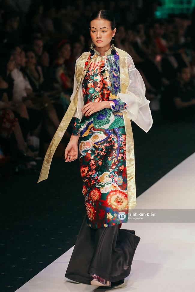 VIFW ngày 2: Hoa hậu Kỳ Duyên diễn xuất thần, mặt lạnh như băng trong show diễn NTK Thủy Nguyễn - Ảnh 9.