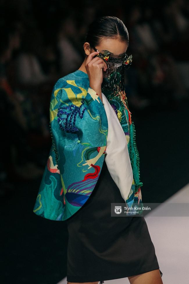 VIFW ngày 2: Hoa hậu Kỳ Duyên diễn xuất thần, mặt lạnh như băng trong show diễn NTK Thủy Nguyễn - Ảnh 10.