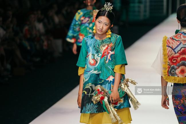 VIFW ngày 2: Hoa hậu Kỳ Duyên diễn xuất thần, mặt lạnh như băng trong show diễn NTK Thủy Nguyễn - Ảnh 11.