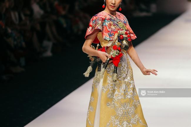 VIFW ngày 2: Hoa hậu Kỳ Duyên diễn xuất thần, mặt lạnh như băng trong show diễn NTK Thủy Nguyễn - Ảnh 13.