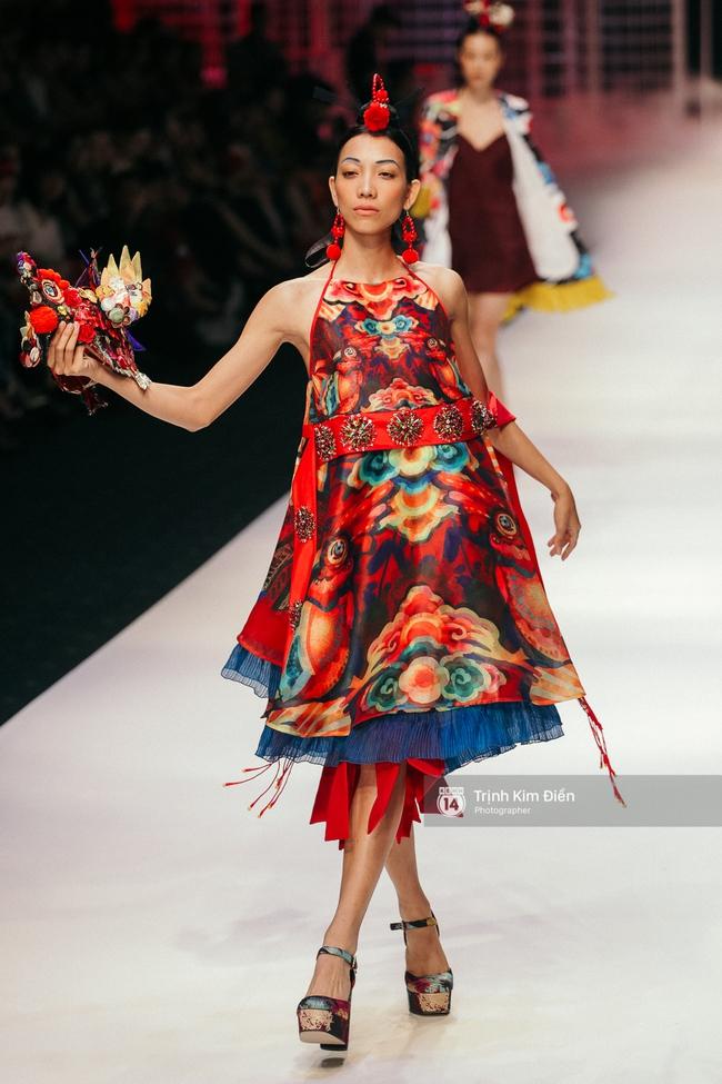 VIFW ngày 2: Hoa hậu Kỳ Duyên diễn xuất thần, mặt lạnh như băng trong show diễn NTK Thủy Nguyễn - Ảnh 15.