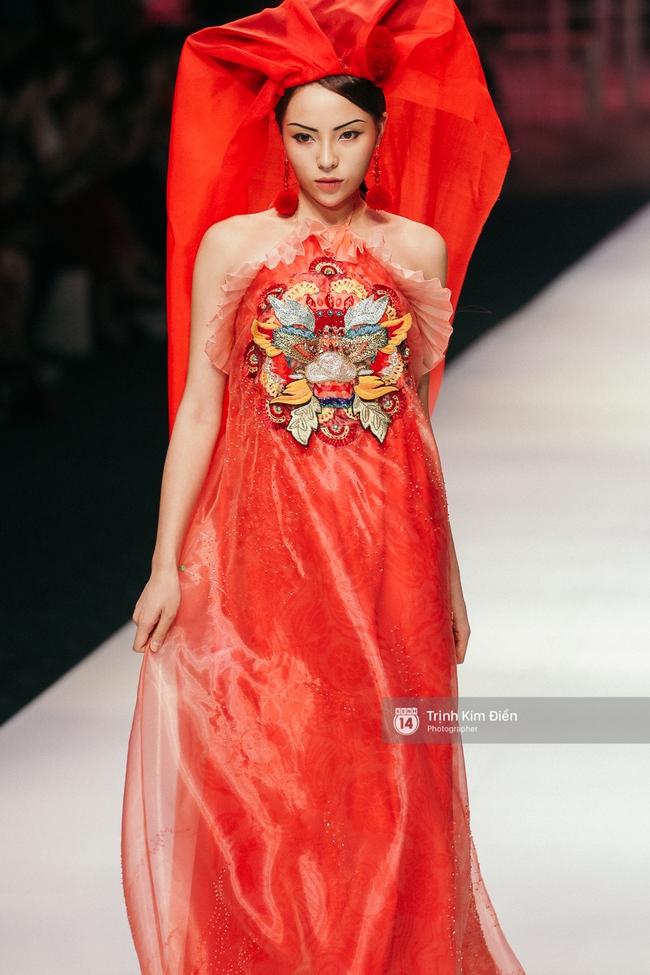VIFW ngày 2: Hoa hậu Kỳ Duyên diễn xuất thần, mặt lạnh như băng trong show diễn NTK Thủy Nguyễn - Ảnh 3.