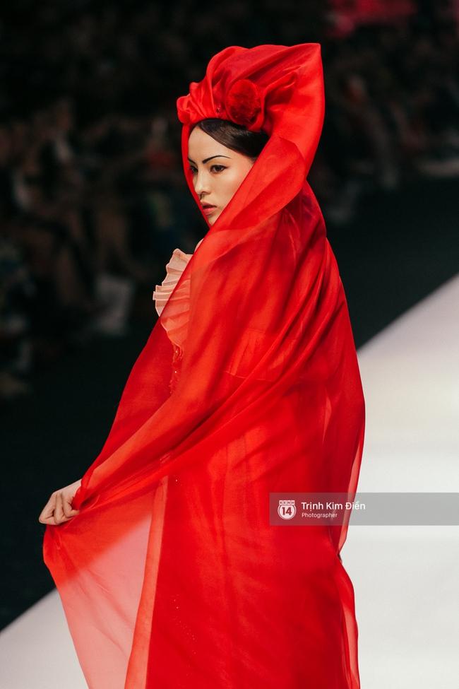 VIFW ngày 2: Hoa hậu Kỳ Duyên diễn xuất thần, mặt lạnh như băng trong show diễn NTK Thủy Nguyễn - Ảnh 4.