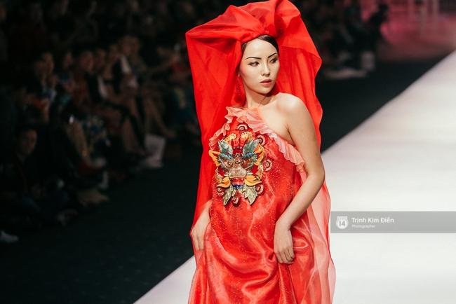 VIFW ngày 2: Hoa hậu Kỳ Duyên diễn xuất thần, mặt lạnh như băng trong show diễn NTK Thủy Nguyễn - Ảnh 5.