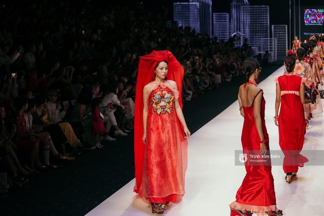 VIFW ngày 2: Hoa hậu Kỳ Duyên diễn xuất thần, mặt lạnh như băng trong show diễn NTK Thủy Nguyễn - Ảnh 6.