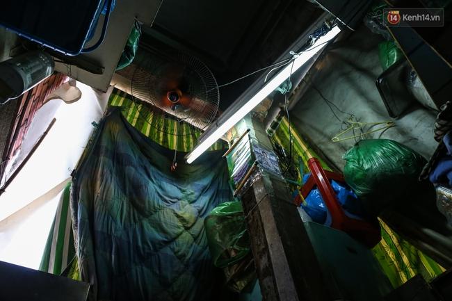 Cảnh sống ngột ngạt của hai mẹ con trong ngôi nhà 1m2 ở Sài Gòn, không nhà vệ sinh và nước sinh hoạt - Ảnh 9.