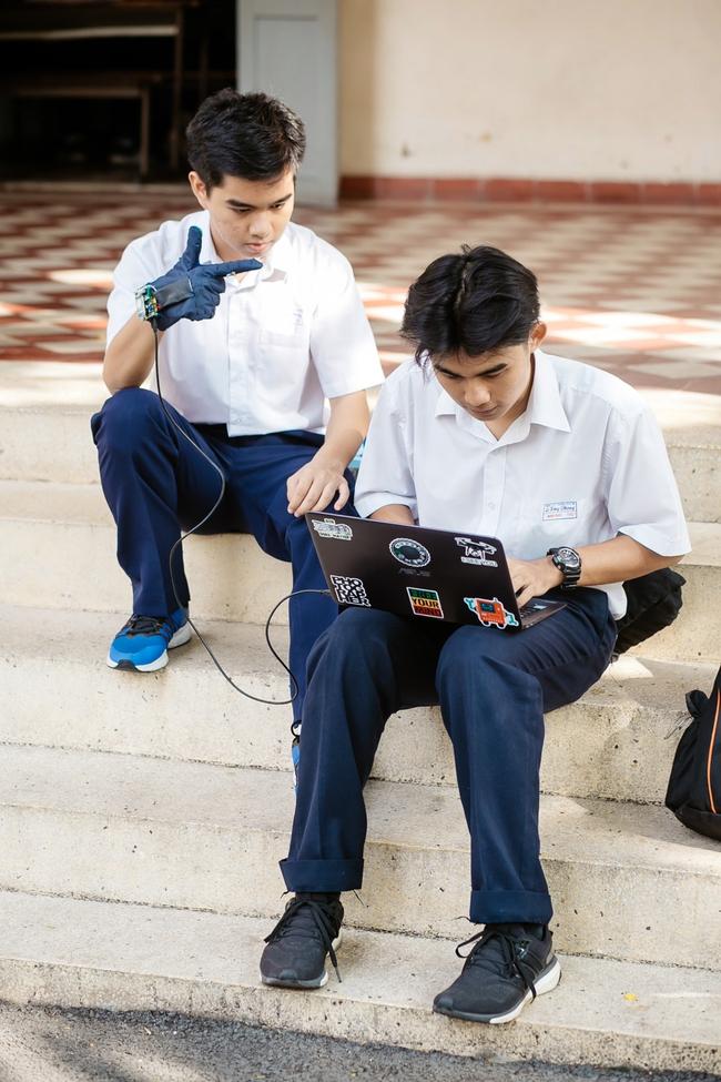 2 nam sinh 10X Sài Gòn chế tạo Găng tay chuyển ngữ giúp người câm điếc có thể nói chuyện bằng lời - Ảnh 5.