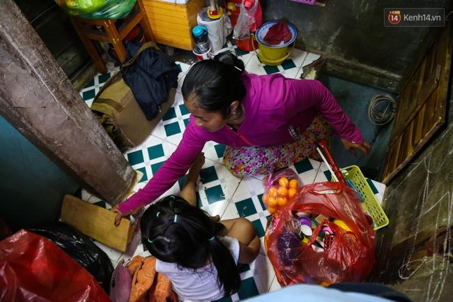 Cảnh sống ngột ngạt của hai mẹ con trong ngôi nhà 1m2 ở Sài Gòn, không nhà vệ sinh và nước sinh hoạt - Ảnh 6.